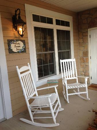 White Swan Inn Bed and Breakfast: Relaxing front porch