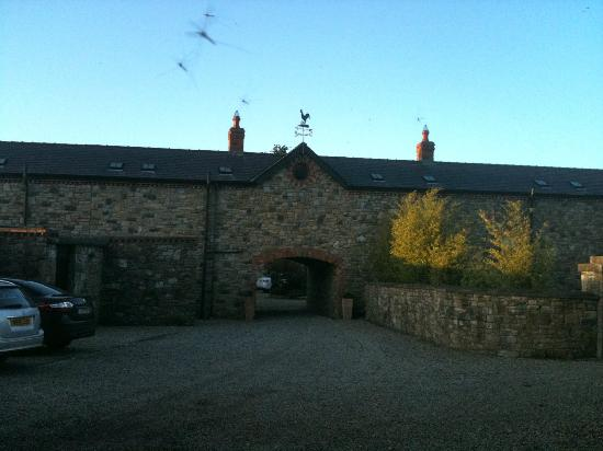 Decoy Country Cottages: Entrance into the barn structure
