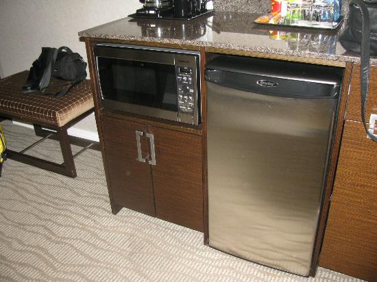 Pinnacle Hotel At The Pier: Safe, microwave, mini bar set up