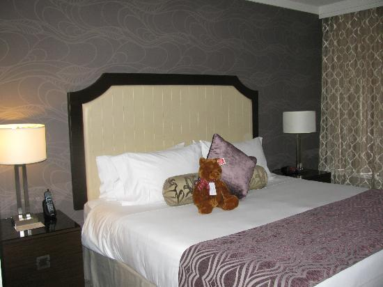 Pinnacle Hotel At The Pier: King sized bed and the hotel's cute bear