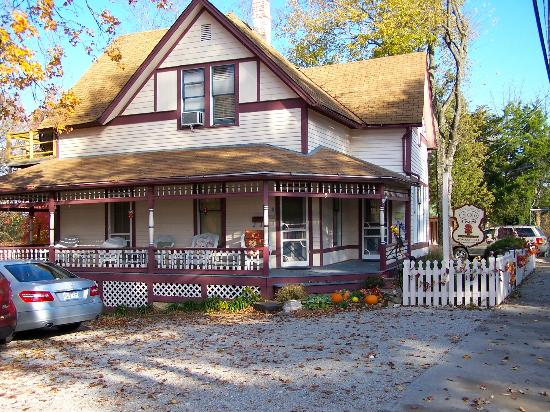 5 Ojo Inn Bed and Breakfast: 5 Ojo Bed and Breakfast, Eureka Springs AR - There are several buildings associated with this in