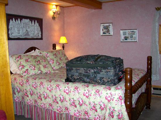 5 Ojo Inn Bed and Breakfast: The Honeymoon suite. Very nice, comfortable and cozy.