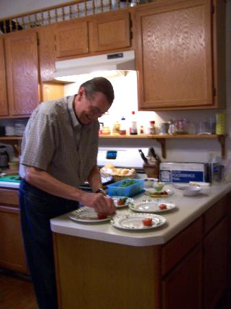 5 Ojo Inn Bed and Breakfast: Richard fixing breakfast.