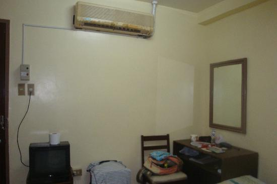 Casa De Tacloban: old but functioning aircon w/ just an on & off button (it really gets cold)