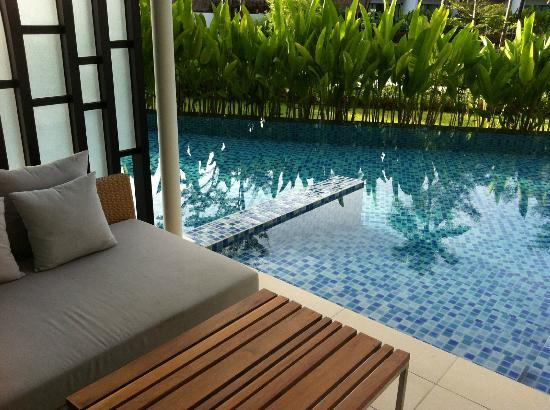 Holiday Inn Phuket Mai Khao Beach Resort: swim out pool