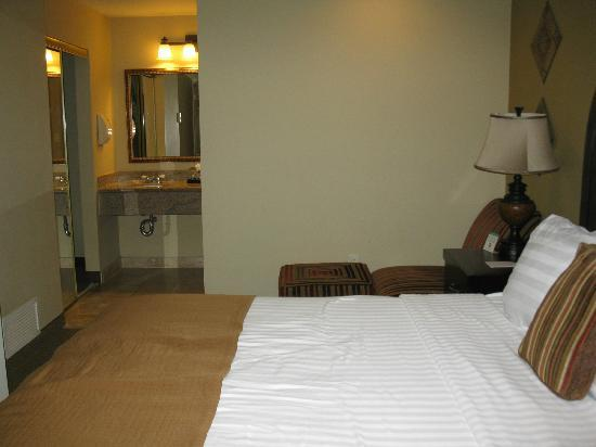 BEST WESTERN Plus Meridian Inn &amp; Suites, Anaheim-Orange: bedroom &amp; vanity area in background