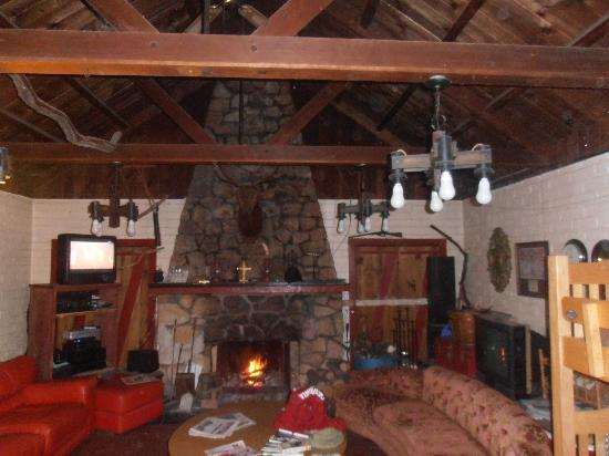 Cyndi's Snowline Lodge: The Lodge family room