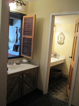 Inn of the Governors: Bathroom / wet bar area
