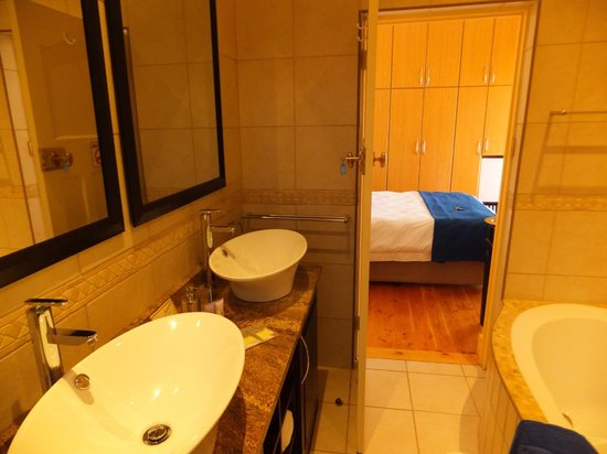 Aquamarine Guest House: Bathroom (room 5)