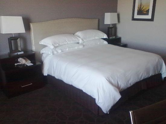 Hilton Arlington: VERY CONFORTABLE king size bed