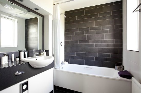 Tara Lodge: Black &amp; White Bathroom Style