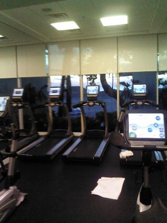 B Ocean Fort Lauderdale: Gym - too small!!! But nice view to the beach.