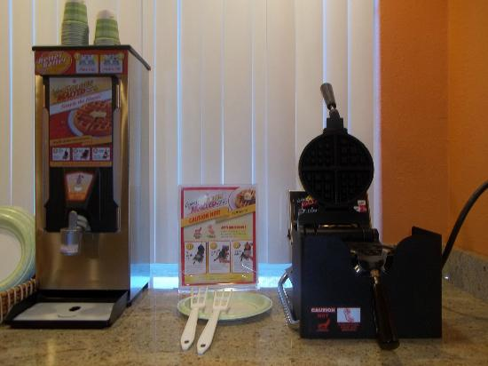 Microtel Inn by Wyndham Albany Airport: Carbon's Golden Malt Waffles in our Breakfast room.