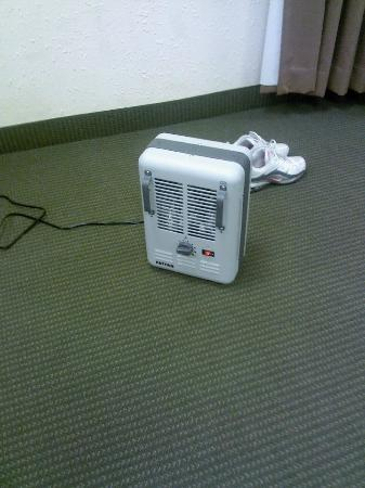 Days Inn Milan/Cedar Point South: No heat so we got a spacer heater