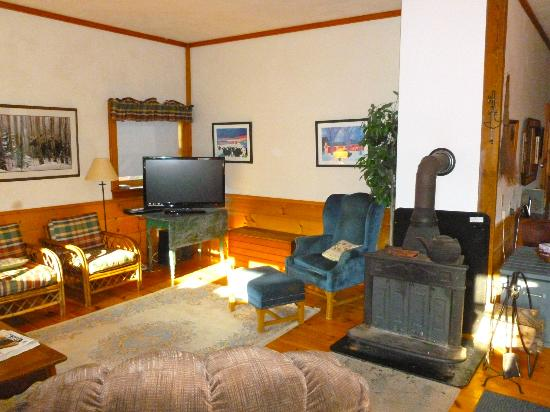 Eden Mountain Lodge: Living room with wood burning stove