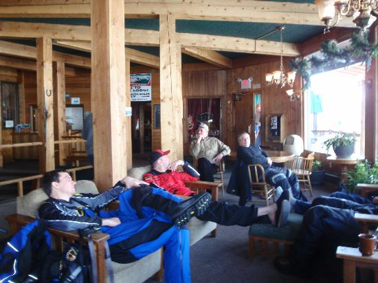 Cooke City, MT: Enjoying the spacious lobby of the Soda Butte