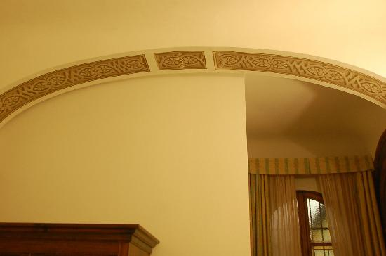 Residenza Il Villino: Painted archway in bedroom