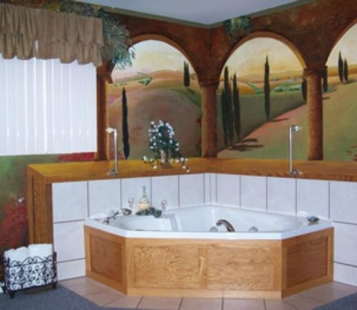 Hidden Lake Bed and Breakfast: Tuscan Suite Double Jacuzzi - Hand painted Tuscan mural