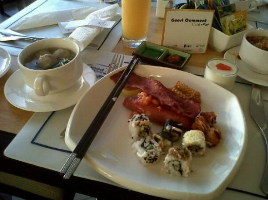 Novotel Manado Golf Resort & Convention Centre: Orange juice, Sausage and Sushi