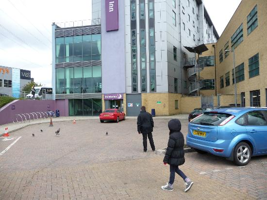 Premier Inn London Wimbledon South: Hotel Car park