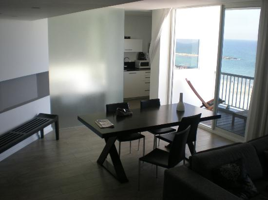 Sea Executive Suites: dining room and balcony