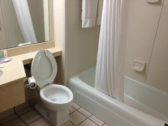 Clarion Highlander Hotel and Conference Center: Bathroom
