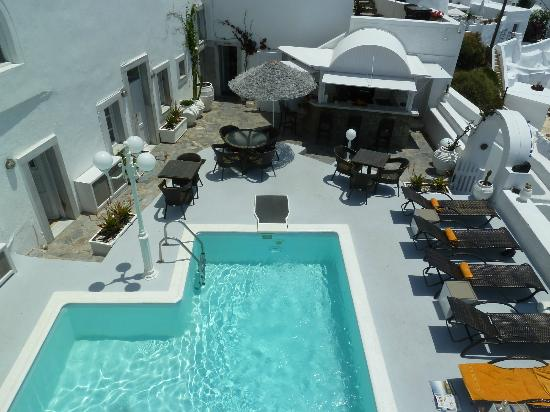 Nomikos Villas: view of the pool