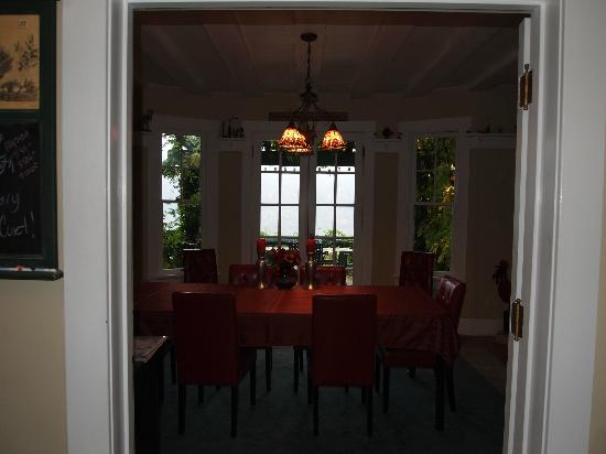 Lakecliff Bed and Breakfast: Breakfast room (too wet to use the adjoining patio when we visited)