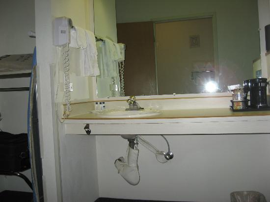 BEST WESTERN PLUS Lincoln Inn: Sink counter