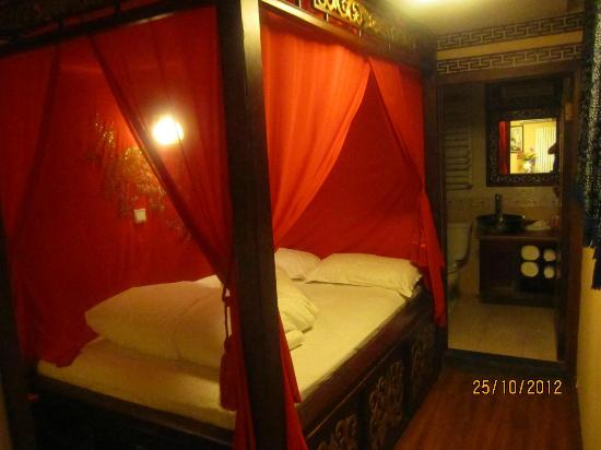 Double Happiness Courtyard Hotel: Canopied Bed