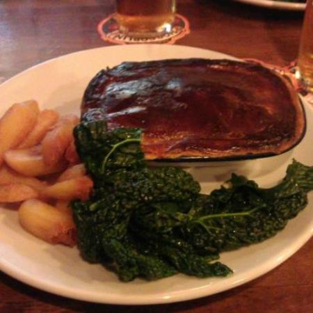‪‪Great Rissington‬, UK: Burnt pie, greasy chips and a leaf, sorry veg