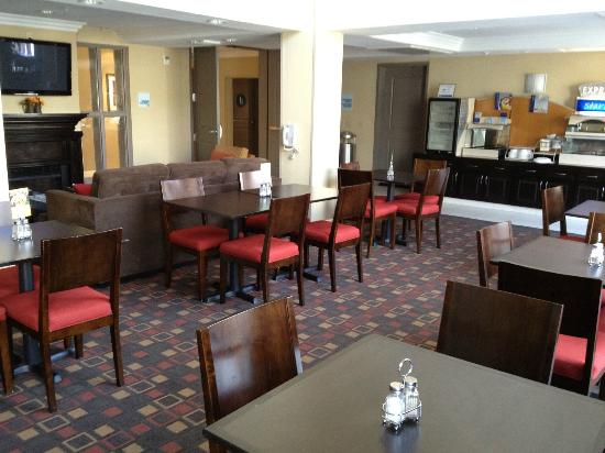 Holiday Inn Express Hotel  &amp; Suites Banning: dinner room (breakfast)