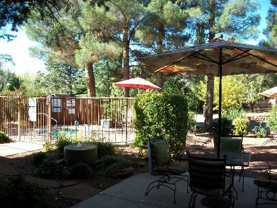 Baby Quail Inn: Jacuzzi & Patio seating