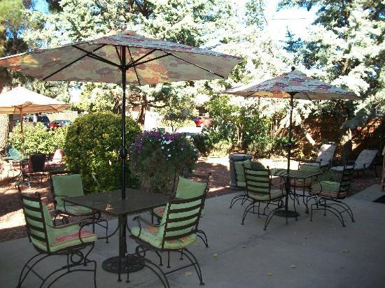Baby Quail Inn: Charming Patio