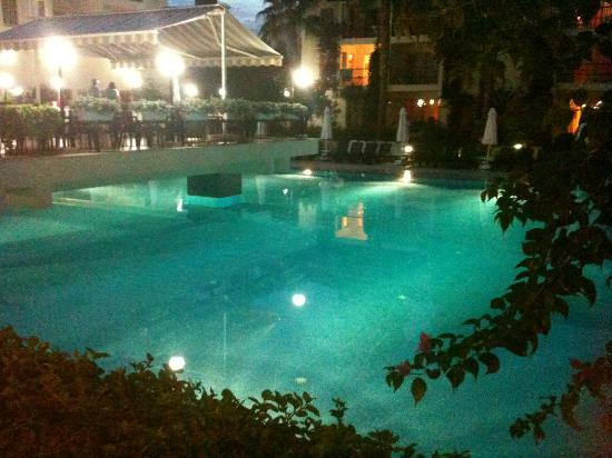 Kentia Apartments: pool and outdoor dining