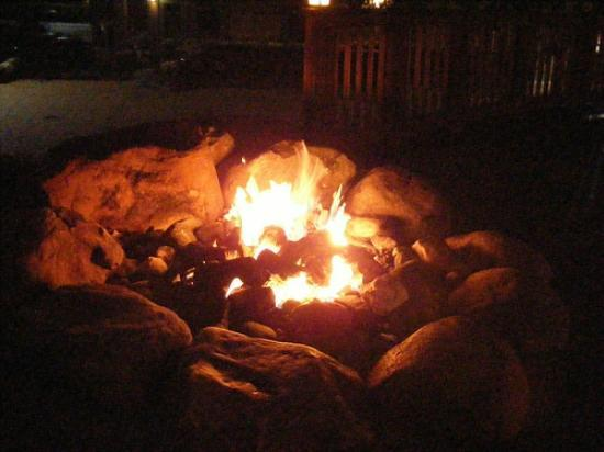 Stowe Mountain Lodge: Huge fire pits blazing on the property every night