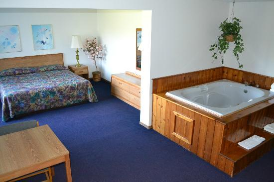 Sky Lodge Inn & Suites: King Bed Whirlpool Suites
