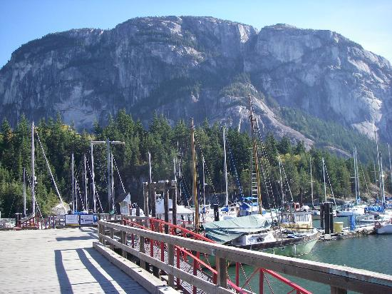Howe Sound Inn: Squamish Chief, taked from the marina 200 meters from the hotel