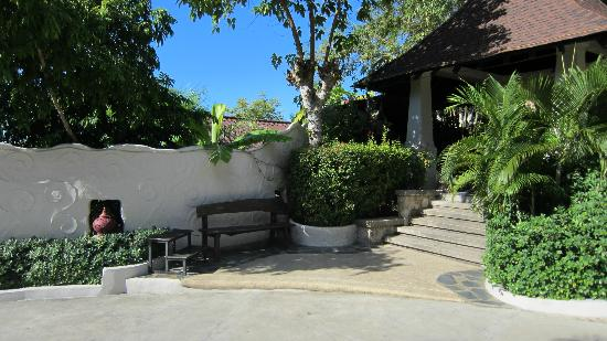 Jamahkiri Resort & Spa: The front entrance, servicable by complimentary hotel taxi.