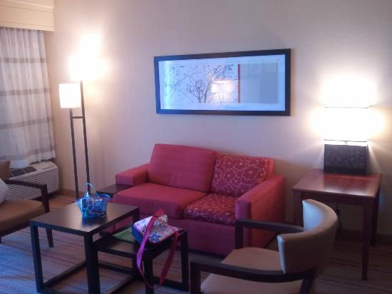 Courtyard by Marriott Tulsa Woodland Hills: Living area of suite