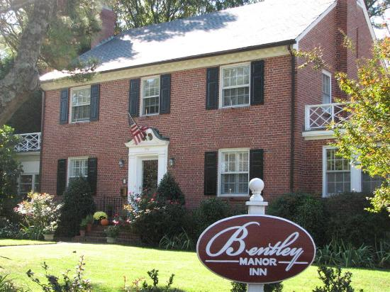 ‪‪Bentley Manor Inn‬: Stately