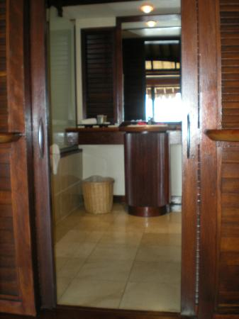 Moorea Pearl Resort & Spa: OWB bathroom