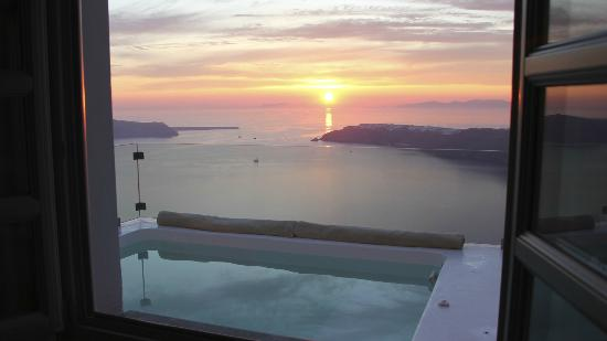 Avaton Resort: Sunset forward OIA from our bedroom room