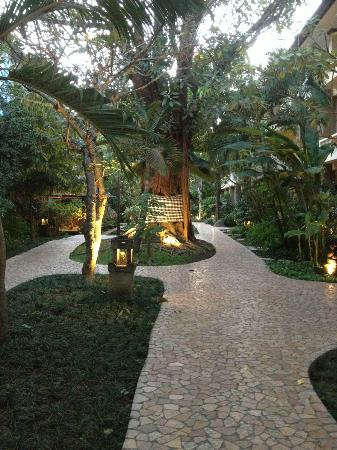 Hotel Kumala Pantai: Beautiful gardens