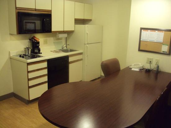 Hawthorn Suites by Wyndham Charlotte - Executive Center: Kitchenette