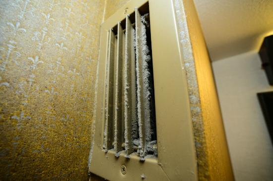 Embassy Suites Hotel Baton Rouge: Gross, call for duct cleaning please...