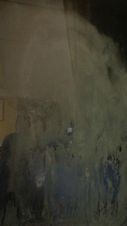 Quality Inn & Suites Fairview: The filthy window