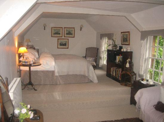 Deddington, UK: Bed room overlooking court yard