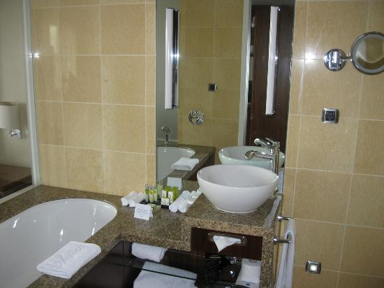 Hotel Okura Amsterdam: clean and nice bathroom