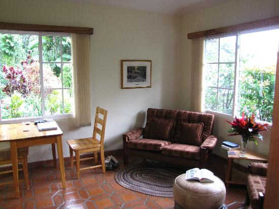 La Montana y el Valle Coffee Estate Inn: Living/dining areas with TV